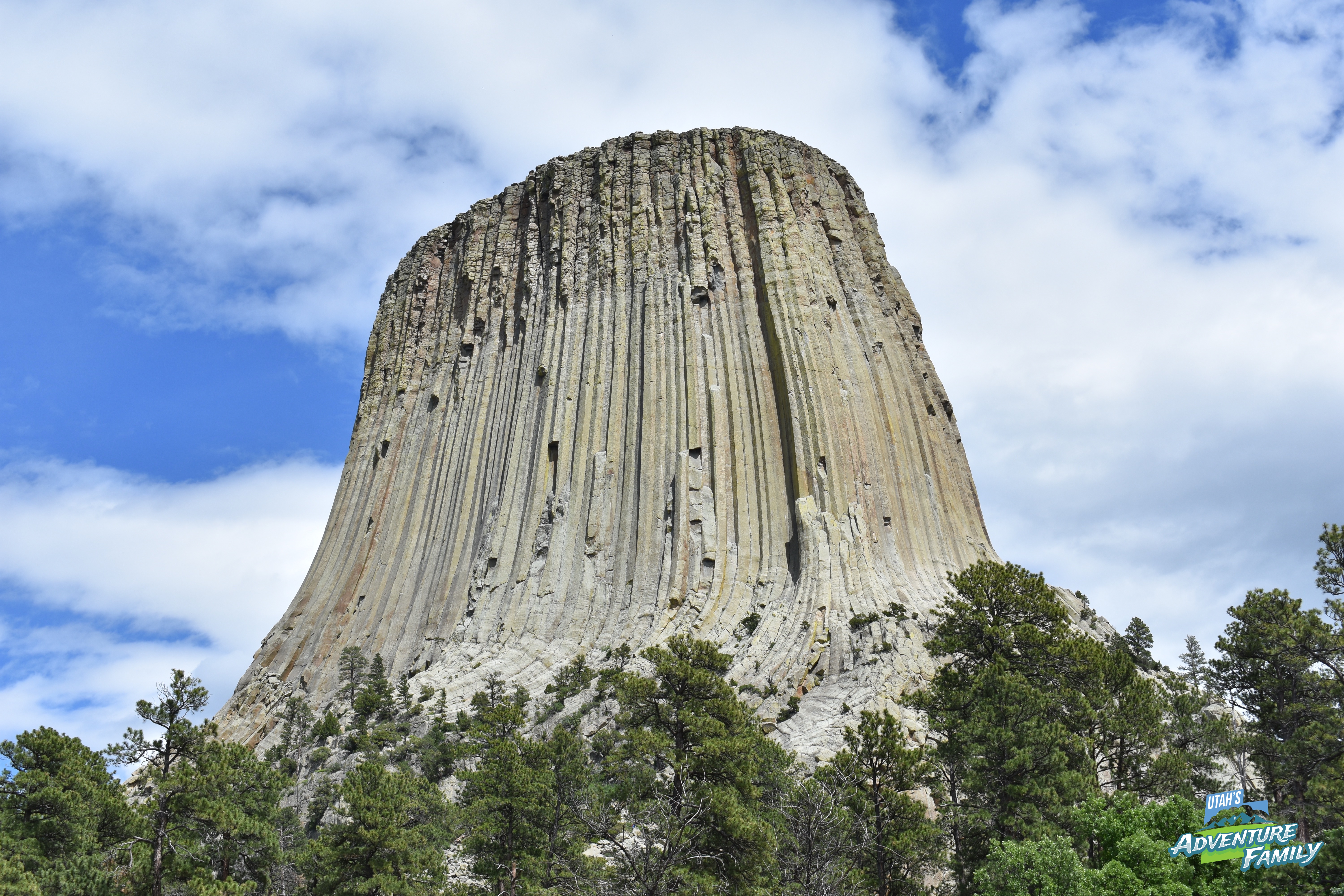 devils tower Geologists agree that devils tower was formed by the forcible entry of magma into or between other rock formations of igneous material, however there is still discussion as to whether the.